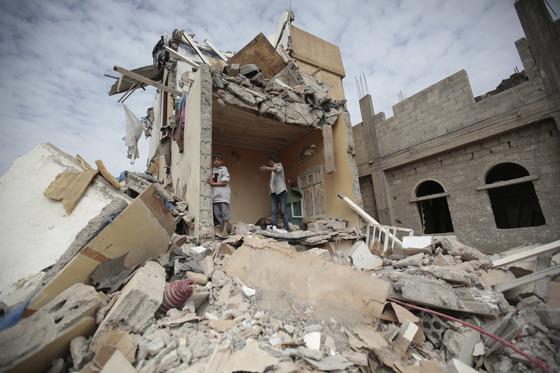 내전으로 주요 건물과 도로, 유적 등이 파괴된 예멘. [AP=연합뉴스]