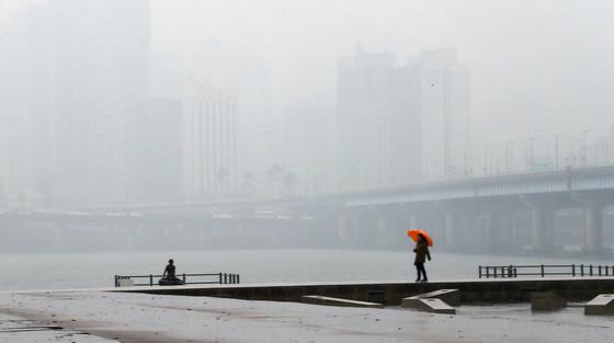 지난 24일 미세먼지와 짙은 안개가 겹쳐 서울 여의도 고수부지 인근에서 바라본 마포대교와 강북이 뿌옇게 보인다. 28일부터 다시 상승한 미세먼지는 30일까지 이어질 전망이다. 최승식 기자