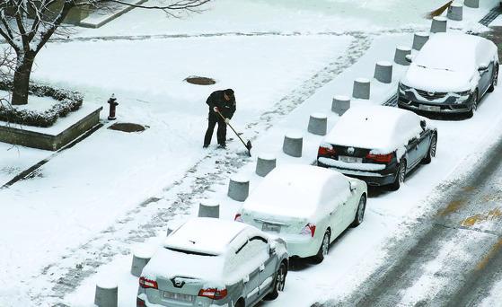 30일 밤부터 31일 아침 사이 중부지방을 중심으로 비교적 많은 눈이 내려 쌓일 전망이다. [중앙포토]