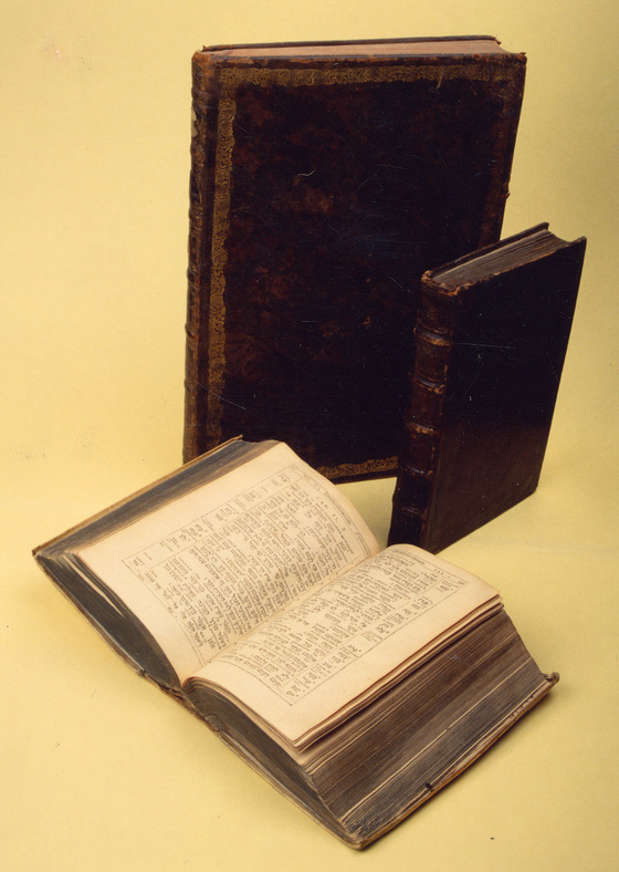 위에서부터 시계방향으로 1596년 함부르크판 히브리어 역대기, 1543년 파리판 히브리어 창세기, 1913년 파리판 히브리어 신ㆍ구약성경. [중앙포토]