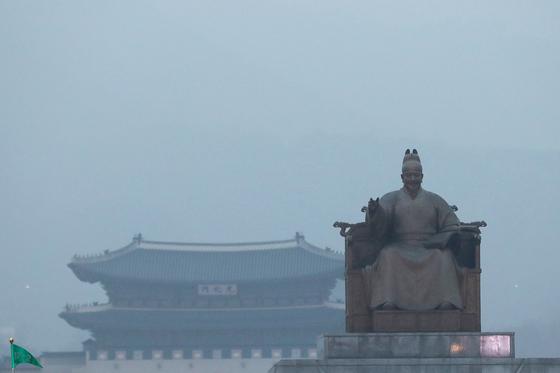 수도권에 미세먼지 비상 저감 조치가 발령됐고, 서울에도 초미세먼지 주의보가 발령된 30일 오후 서울 광화문 광장이 미세먼지도 뿌옇다. 장진영 기자