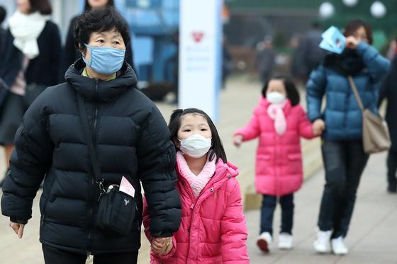 서울에 초미세먼지 주의보가 발령된 30일 오후 시민들이 광화문 거리를 걷고 있다. 미세먼지 주의보는 초미세먼지 평균 농도가 시간당 90㎍/㎥ 이상인 상태가 2시간 지속될 때 발령된다. 평균 농도가 50㎍/㎥ 미만이면 해제된다.장진영 기자