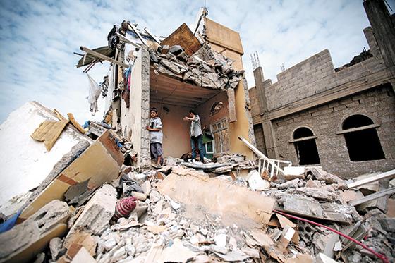 시아파 후티 반군이 장악한 예멘의 수도 사나가 사우디아라비아가 주도하는 수니파 연합군의 폭격을 받은 모습. 2015년 시작된 예멘 내전은 후티 반군의 사우디와 아랍에미리트에 대한 탄도미사일 공격으로 확대되고 있다. [AP=연합뉴스]