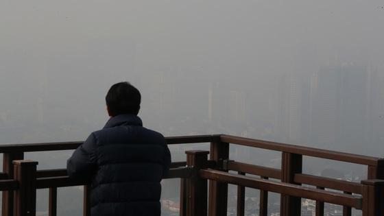 지난달 8일 중국발 황사가 발생해 서울 도심이 미세먼지로 뿌옇다. 우상조 기자