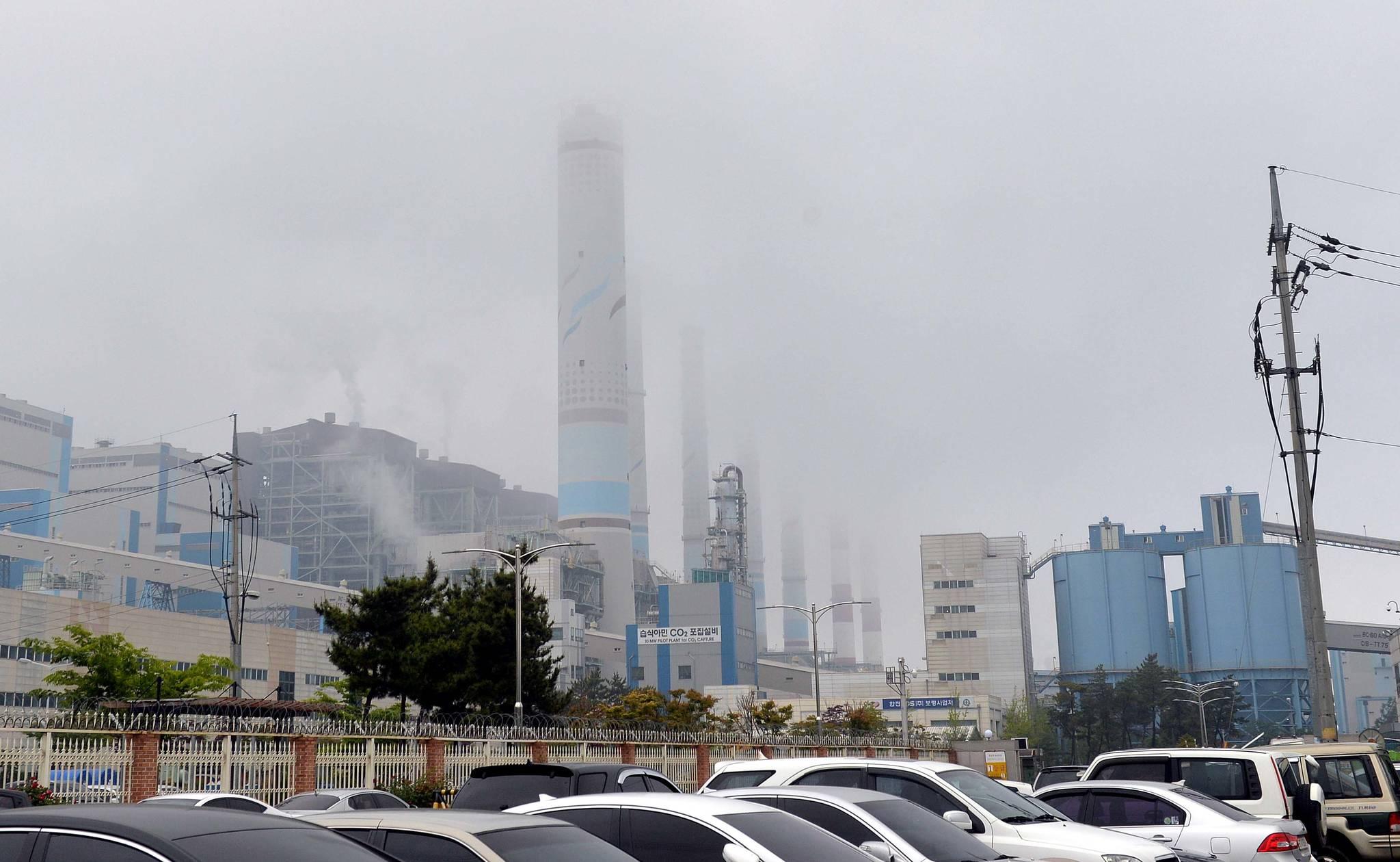 정부가 올 상반기 중에 산업계와 전문가, 시민단체 등의 의견을 수렵해 '2030 온실가스 감축 로드맵'을 수정할 예정이다. 사진은 충남 보령 석탄화력발전소 [중앙포토]