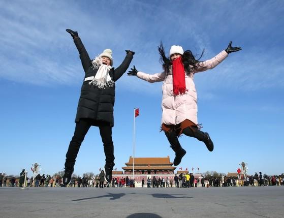 베이징 천안문 광장의 맑은 하늘. 요즘 쉽게 볼 수 있는 모습이다. [출처: 이매진차이나]