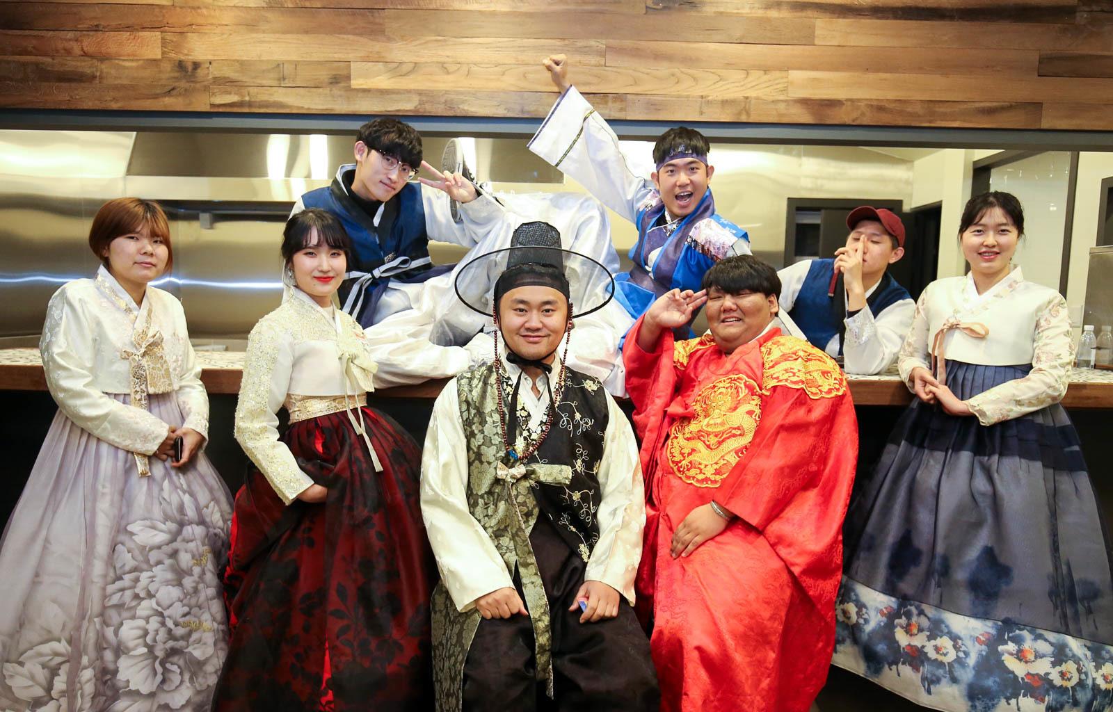 지난해 12월 27일 '청년상상놀이터'에서 공동 창업지원실에 입주한 청년들이 한복을 입고 기념 촬영을 하고 있다. 프리랜서 장정필