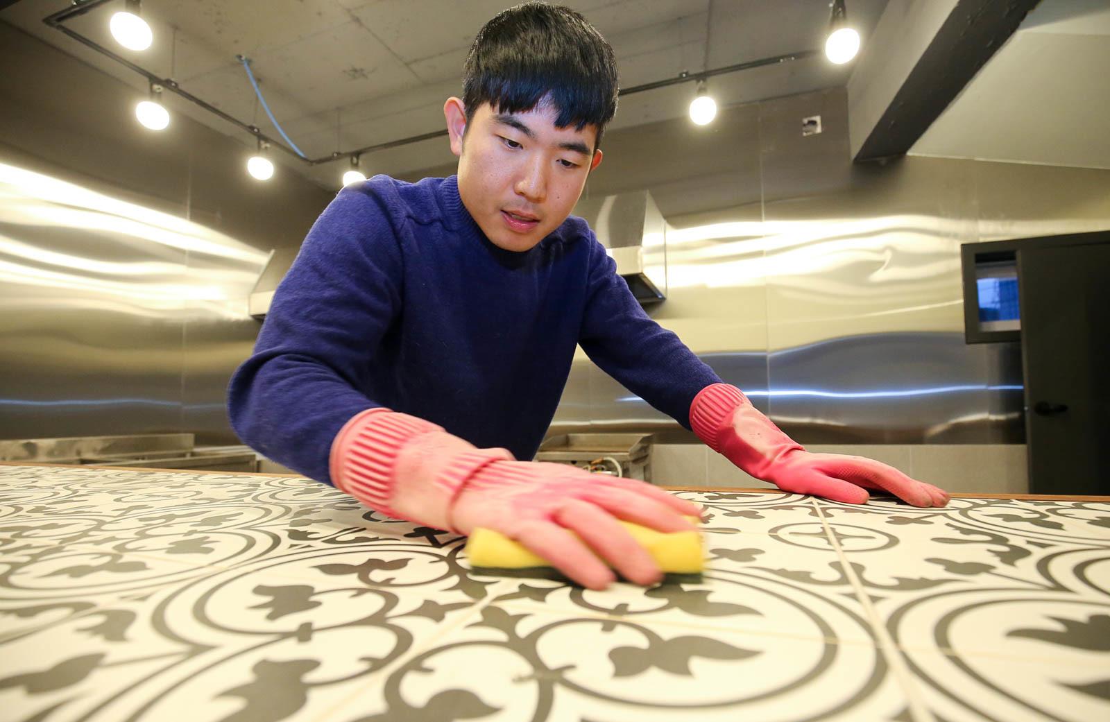 청년들의 직업 탐색을 돕는 사회적기업 창업을 꿈꾸는 유민수(26)씨가 '청년상상놀이터'에서 청소하는 모습. 프리랜서 장정필