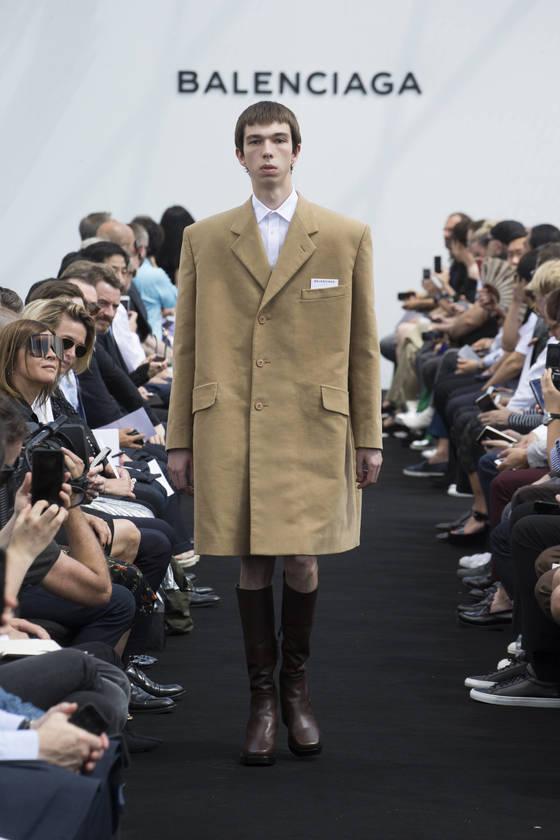 발렌시아가는 2018년 1월 파리 남성복 컬렉션을 따로 하는 대신 3월 여성복 패션위크 기간에 합쳐 선보이기로 결정했다. [중앙포토]