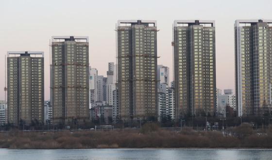 서울 강남권에 공사 중인 아파트. 정부의 온갖 규제에도 강남 집값 상승세가 거침 없다. 올해는 어떨까.