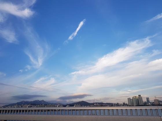 지난 10월 17일 서울 한강 도심 위의 파란 하늘.조문규 기자