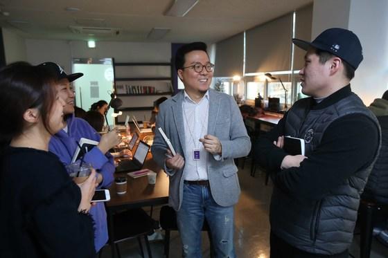 김태호 풀러스 대표가 회사 어디에서든 직원들과 격의 없는 대화를 즐긴다. 오종택 기자