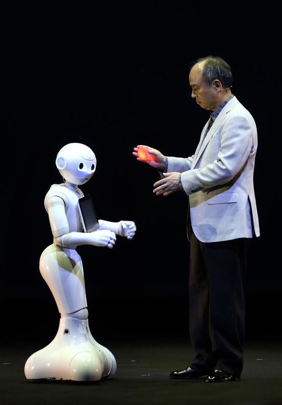 손정의 소프트뱅크 회장은 AI의 특이점을 실현하기 위해 2016년 발표하려던 은퇴 계획도 철회했다. 이후 공격적으로 AI 등 미래사업에 투자를 시작했다. [중앙포토]