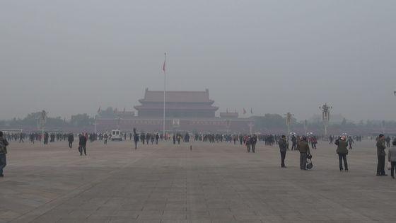 스모그로 뒤덮인 지난 2014년 11월 중국 베이징의 모습. 최근 베이징의 미세먼지 오염은 빠르게 줄어들고 있는 추세다. [중앙포토]