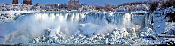 캐나다 및 미국 북동부 지역에 몰아친 한파로 나이아가라 폭포마저 얼어붙었다. 2일(현지시간) 캐나다 온타리오 지역에서 촬영한 미국 쪽 나이아가라 폭포의 모습. 폭포 주변 물안개까지 결빙돼 신비로운 분위기를 자아낸다. [AP=연합뉴스]