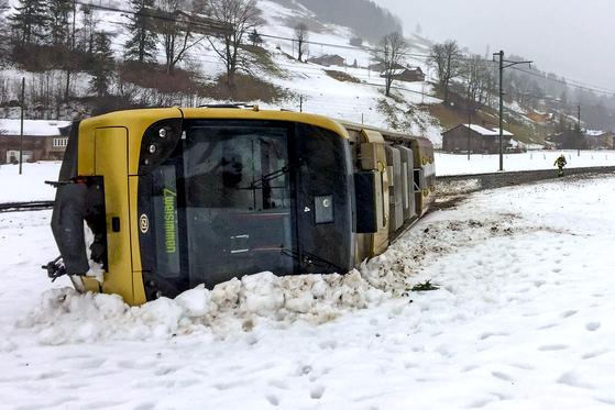 폭풍으로 발생한 스위스 베른의 열차 탈선 사고. [AFP=연합뉴스]