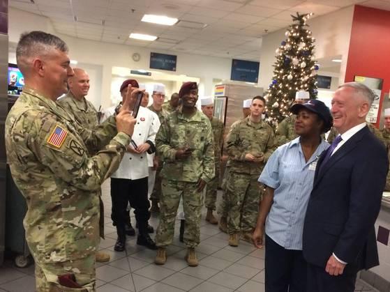 제임스 매티스 미 국방부 장관이 연말을 맞아 지난달 22일(현지시간) 노스캐롤라이나주 포트 브랙을 방문해 장병을 격려했다. [AP=연합]