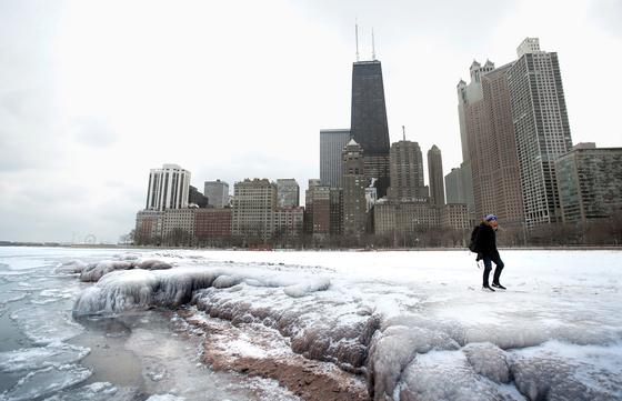 지난 3일 미국 시카고 인근의 미시간 호수 주변이 한파로 얼어붙었다. 미국 동부지역을 강타한 한파와 폭설은 지구온난화로 북극의 기온이 상승하면서 제트기류가 약해진 탓이다. 북극의 찬 공기가 남쪽으로 밀려 내려오면서 기온을 떨어뜨렸다. [AFP=연합뉴스]