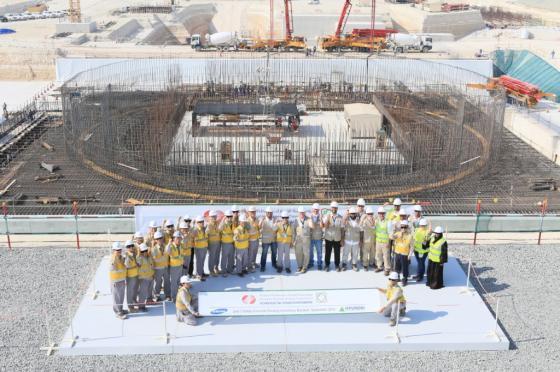 한국전력공사 임직원이 지난 2014년 9월23일(현지시간) 아랍에미리트(UAE) 바라카 원전 3호기의 첫 건설주요 공정인 원자로 건물 최초콘크리트 타설을 시행한 뒤 기념사진을 찍고 있다. [사진 한국전력공사]