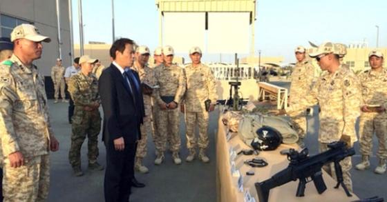 임종석 비서실장이 지난해 12월10일(현지시간) UAE 아크부대를 방문했다. 사진은 부대 브리핑을 받고 있는 모습. [사진 청와대]