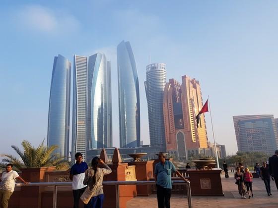아랍에미리트의 인도계 이주민들이 휴일을 맞아 아부다비 왕궁 근처의 아부다비 팰리스 호텔을 보러 나왔다. 아랍에미리트는 거주자 네 명 중 한 명이 인도인이여, 에미리트인은 11.3%에 지나지 않는다. [채인택 국제전문기자]