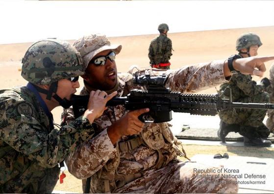 아크부대 부대원이 UAE군을 소총사격법을 교육하고 있다. [사진 국방부]
