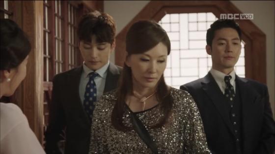 '돈꽃' 1회에서 반짝이는 화려한 원피스를 입고 나타난 이미숙. [사진 드라마 돈꽃 영상 캡처]