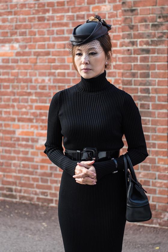 MBC 드라마 '돈꽃'에서 이미숙이 강필주(장혁)를 교도소로 마중나갔을 때 입었던 옷. 검정색 베일이 달린 모자로 단순할 수 있는 검은색 옷에 화려함을 더했다. [사진 iMBC]