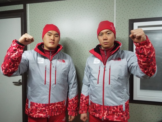 고정진 병장(왼쪽)과 가동헌 병장이 평창 겨울올림픽 지원부스에서 화이팅을 외치고 있다.  [사진 육군]