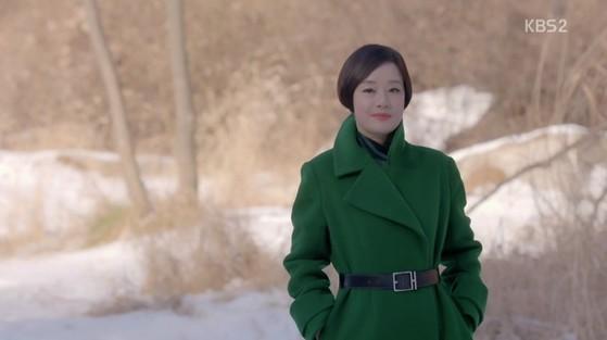 초록색 코트에 검정 가죽 벨트를 맨 장미희. [사진 KBS드라마 흑기사 영상캡처]
