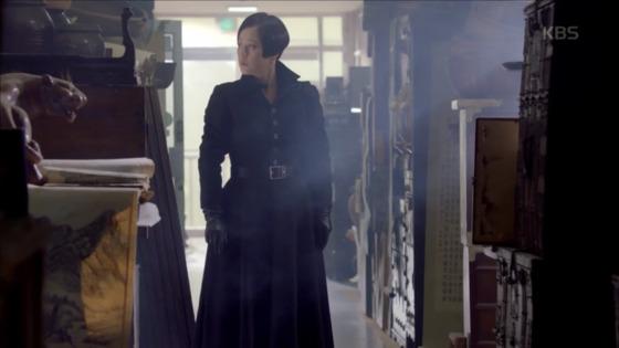 검정색 코트에 버클이 큰 벨트를 매니 또 다른 분위기가 난다. [사진 KBS드라마 흑기사 영상캡처]