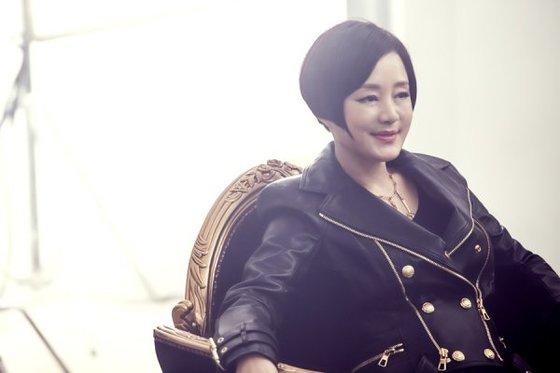 장미희는 드라마 '흑기사'에서 앞머리 끝을 뾰족하게 만들어 세련된 여성미를 살렸다. [사진 KBS드라마 흑기사 영상캡처]