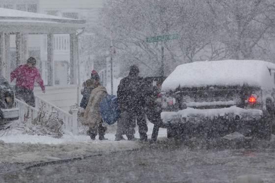 '폭탄 사이클론'으로 미국 동부 지역에 폭설과 한파가 닥친 지난 4일(현시 시각) 매사추세츠 지역 주민들이 대피하고 있다.[AFP=연합]