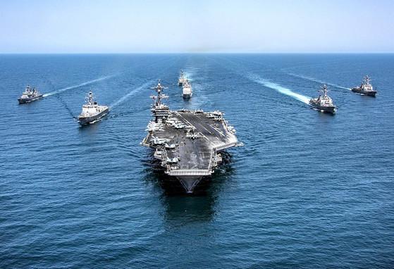 미국의 핵추진 항공모함인 칼빈슨함 전단이 항해하는 모습. 미 해군에 따르면 칼빈슨 항모전단은 서태평양 지역 배치를 위해 6일 모항인 캘리포니아주 샌디에이고를 출항했다. 칼빈슨함이 서태평양에 도착하면 일본 요코스카를 모항으로 하는 로널드 레이건함과 더불어 한반도 주변의 항모가 두 척이 된다. [중앙포토]