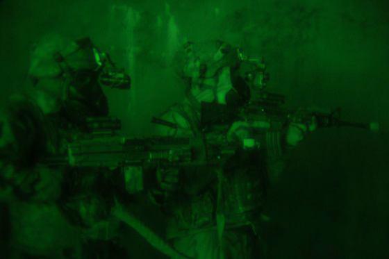 지난 15일 워리어스트라이크 9에 참가한 미군 병력이 야시경을 끼고 가상 북한 WMD 지하시설을 탐색하고 있다. [사진 주한미군]
