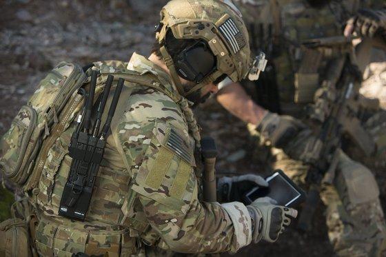 전쟁터에서 WiFi 통신 시스템을 구축하는 통신장비 MPU5. [사진 퍼시스턴트 시스템스]