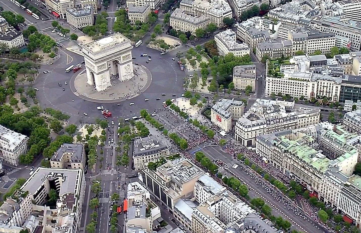 프랑스 파리의 개선문 회전교차로. 몰려드는 차량이 많아 대단히 혼잡하다. [중앙포토]
