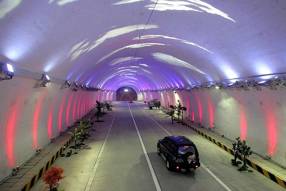 중난산 터널의 경관 조명. [중앙포토]