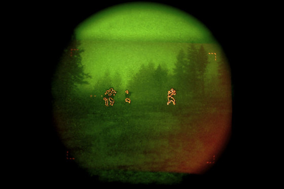 AN/PSQ-20 야시경으로 본 영상. 열을 내는 물체를 어둠 속에서도 볼 수 있다. [사진 밀리터리닷컴]