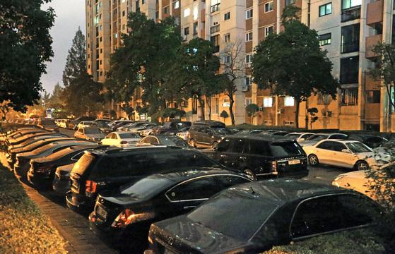 서울 압구정동 현대아파트는 주차난이 심해 이중주차를 하면서 경비실에 차량 키를 맡겨왔다. 하지만 공동주택관리법 시행으로 경비원이 차를 빼주는 게 불법이 됐다. [중앙포토]