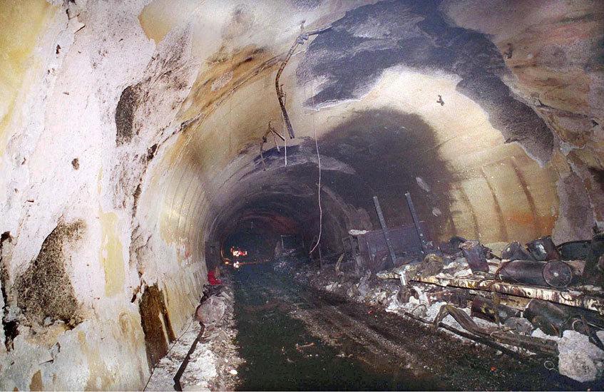 1999년 화재로 차량들이 전소된 몽블랑터널. [사진 Sipa Press]