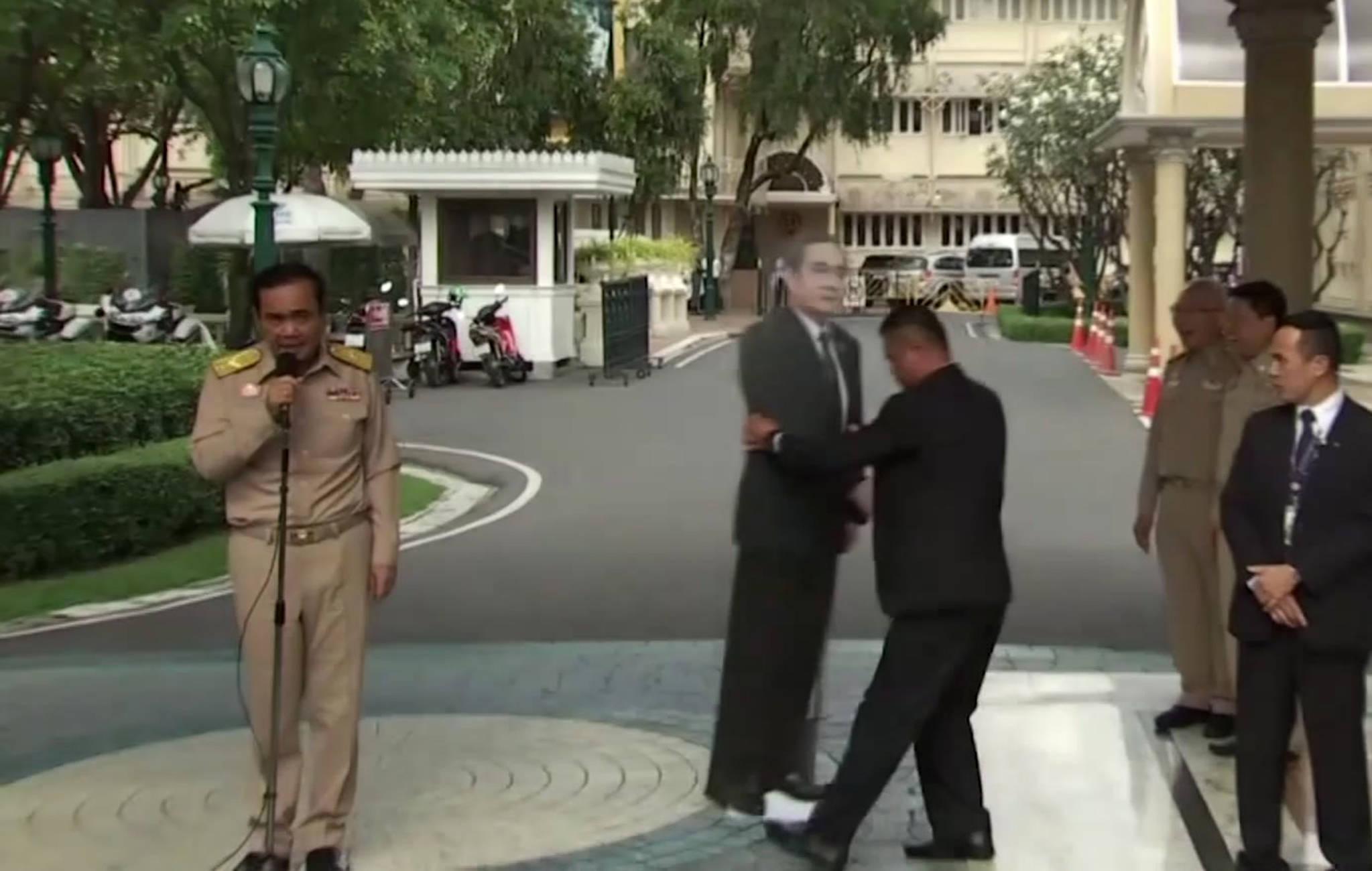 8일 방콕 총리관저에서 열린 쁘라윳 태국 총리 브리핑이 끝날 때 쯤 쁘라윳 총리의 실물크기 종이인형이 등장하고 있다.[AP=연합뉴스]