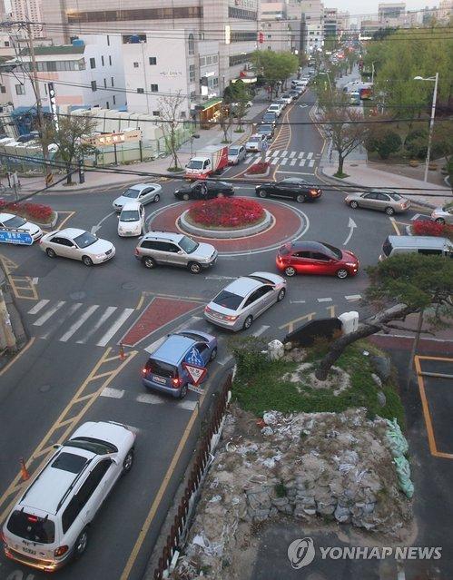 회전교차로 설치 이후에 극심한 교통정체를 빚고 있는 남울산우체국 앞. [연합뉴스]