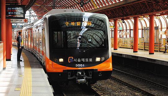 서울지하철 2호선과 3호선, 5~9호선은 모두 우측통행을 한다. [중앙포토]
