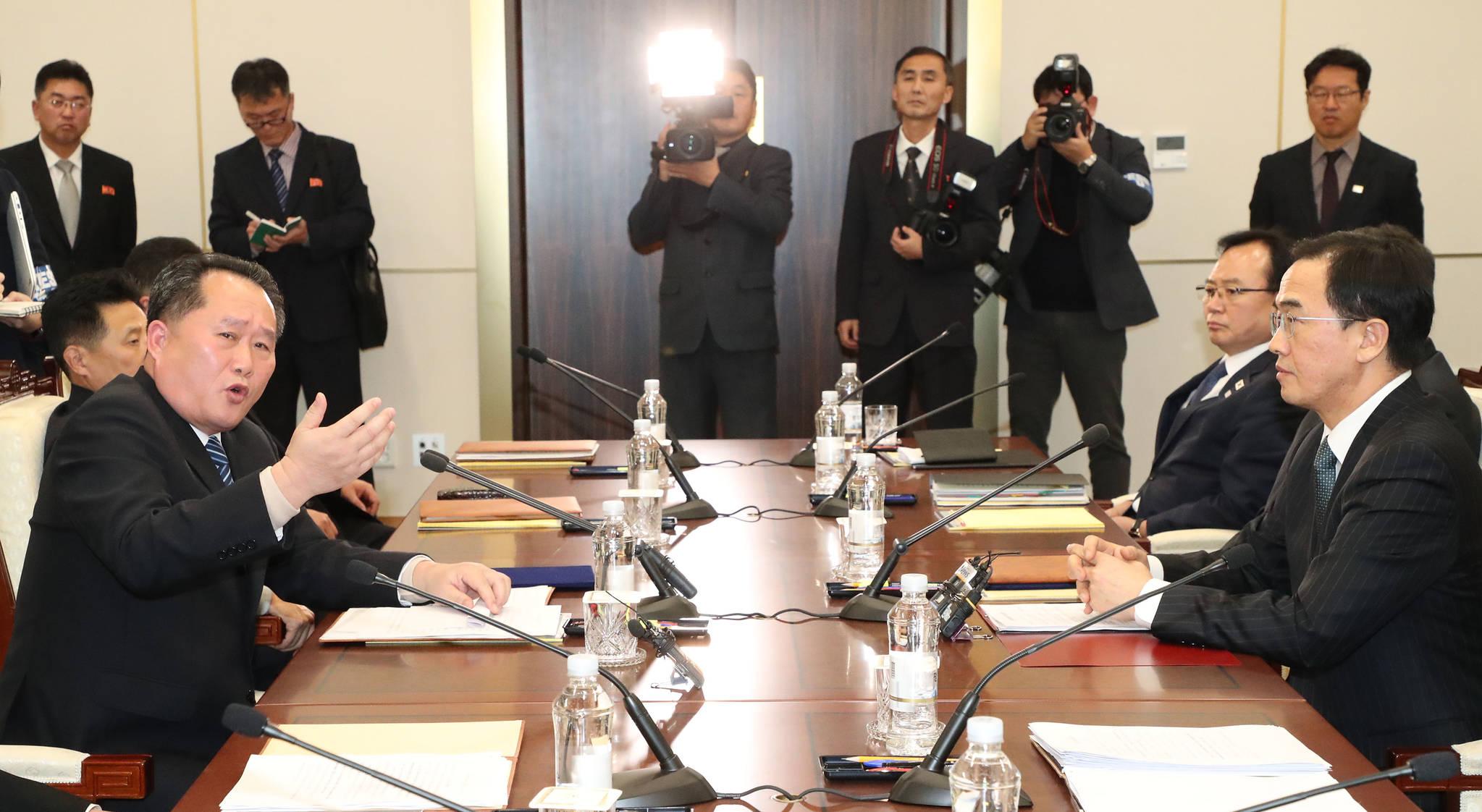 남북 고위급회담이 열린 9일 저녁 판문점 남측 평화의 집에서 북한 이선권 조국평화통일위원장이 서해 군 통신선과 관련해 강한 톤으로 이야기하고있다.[사진공동취재단]