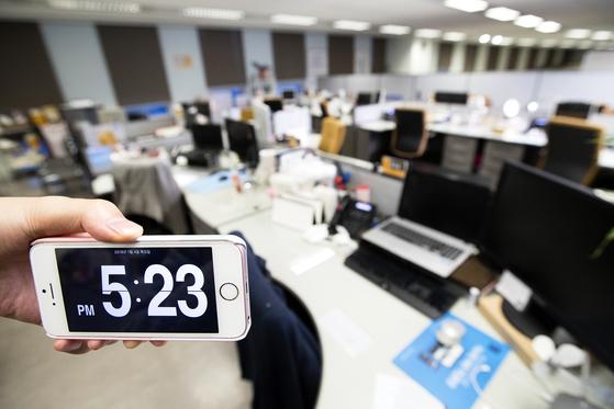 정말 칼퇴근을 한다. 1월 4일 오후 5시 23분. 이마트 본사 사무실이 텅 비어있다. 장진영 기자