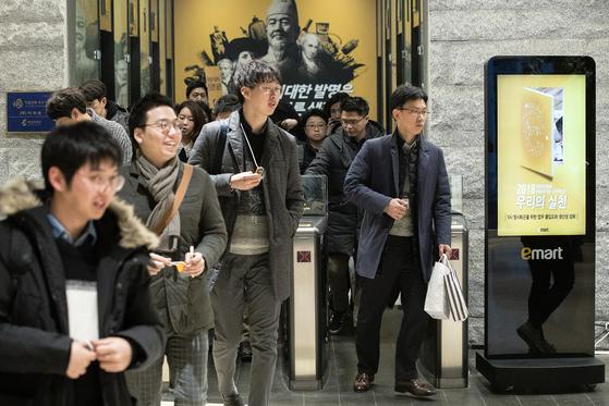 신세계가 2018년부터 대기업으론 처음으로 주35시간 근무제를 도입했다. 1월 4일 오후5시 무렵 서울 성수동 이마트 본사에서 직원들이 퇴근하고 있다. 장진영 기자