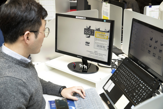 신세계가 주35시간 근무제를 실시하면서 매일 오후 5시30분 PC 강제 셧다운을 실시하고 있다. 오후 5시가 되면 퇴근을 알리는 메시지가 뜨고 카운트다운이 시작된다. 이마트 본사 직원 컴퓨터에 정시퇴근 메세지가 떠있다. 장진영 기자