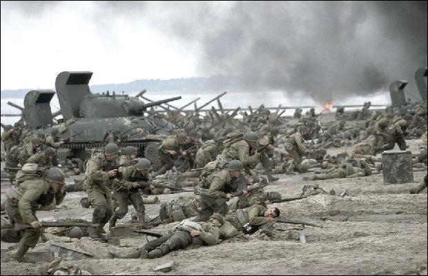 영화 '라이언 일병 구하기'에서 나온 노르망디 상륙작전 장면. 독일군 토치카와 기관총 앞에 미군들이 맨몸으로 돌격하면서 큰 피해를 입었다.  [사진 드림웍스]