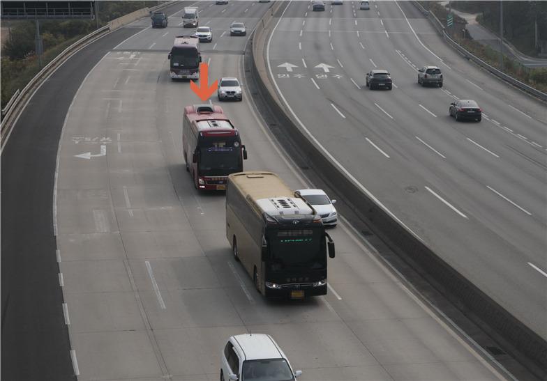 앞에 달리는 버스 뒤를 바싹 뒤따르던 버스가 안전거리 미확보로 촬영됐다. [사진제공 한국도로공사]